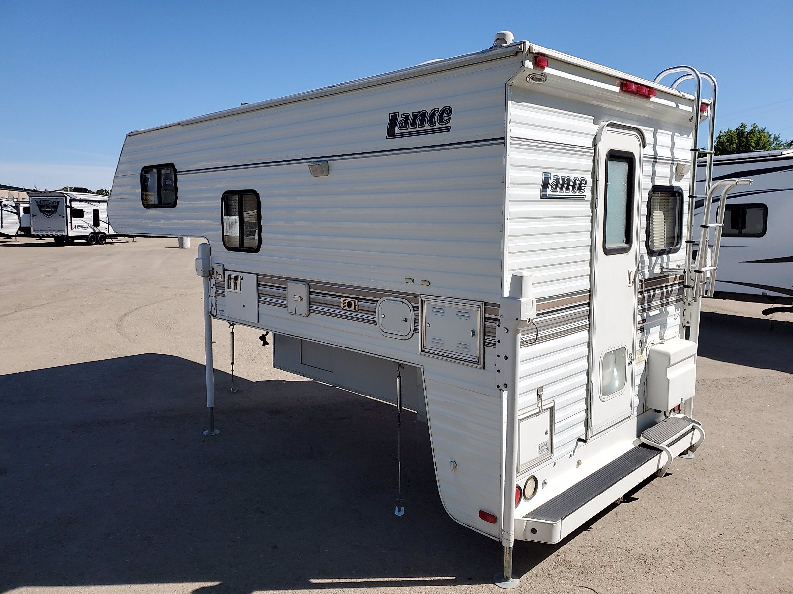 Pre-Owned 2005 LANCE 915 915